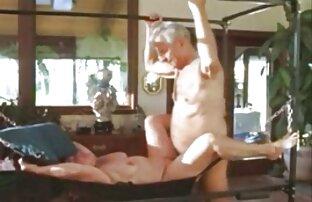 Raparigas vídeo pornô com japonesas lindas masturbam-se juntas depois de estarem encharcadas em mijo.