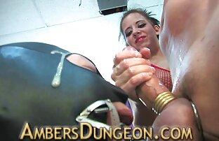 A t-girl está a Meter os dedos nas luvas antes de ordenhar filmes eroticos japones a sua carne.